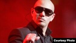 Pitbull durante un concierto. Foto: Eva Rinaldi/Flickr.