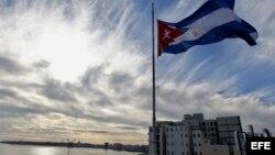 La bandera cubana ondea a media asta en homenaje a las víctimas del accidente aéreo.