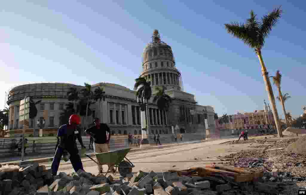 Los alrededores del Capitolio habanero, que será la próxima sede de la Asamblea Nacional del Poder Popular (parlamento unicameral cubano), están siendo reparados por decenas de obreros.