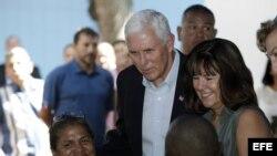El vicepresidente de EEUU, Mike Pence, y su esposa, Karen (d), hablan con un grupo de ciudadanos venezolanos este lunes en Cartagena, Colombia.