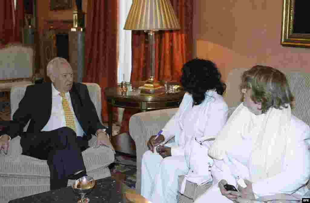 El ministro español de Asuntos Exteriores, José Manuel García-Margallo (I), durante la reunión que ha mantenido con la líder de las Damas de Blanco, Berta Soler (d).