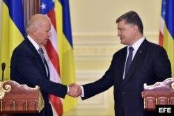El presidente ucraniano, Petró Poroshenko (d), saluda al vicepresidente de EEUU, Joe Biden (i), tras su rueda de prensa en Kiev, Ucrania.