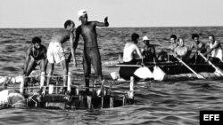 """""""La regata"""", fotografía del historiador de arte y curador Willy Castellanos, muestra a algunos de los """"balseros de 1994""""."""