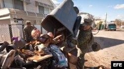 Militares del cuerpo de Marines y la Armada colaboran en las labores de limpieza en Staten Island, New York.