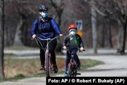 Estos ciclistas en Portland (Maine), en abril 2020, ejemplifican el surgimiento de actividades familiares y al aire libre, durante la pandemia de coronavirus. Foto: © Robert F. Bukaty/AP Images/Archivo.