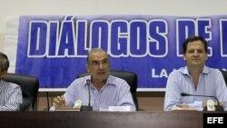 El jefe del equipo negociador del Gobierno colombiano, Humberto de la Calle (2-i), acompañado de los miembros de su equipo.