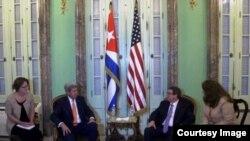 Bruno Rodríguez, ministro de Relaciones Exteriores de Cuba, y el secretario de Estado de EEUU John Kerry (d-i).