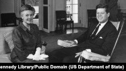El presidente John F. Kennedy se reunió con la recién nombrada ministra de EE. UU. en Bulgaria Helen Eugenie Moore Anderson en la Casa Blanca el 28 de mayo de 1962. (John F. Kennedy Library / Public Domain).