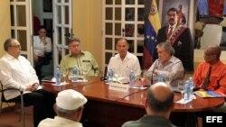 El embajador de Venezuela en Cuba, Alí Rodríguez Araque (c), lee un comunicado junto a los embajadores de Nicaragua en Cuba, Luis Cabrera González (i); de Bolivia en Cuba, Palmiro Soria (2i); de Ecuador en Cuba, Edgar Ponce (2d), y de Dominica, Charles John Corbette (d), durante una rueda de prensa en la Embajada de Venezuela (10 de marzo de 2015, La Habana).