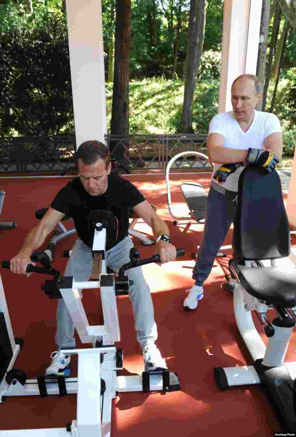 Medvedev hacien ejercicios de bicicleta.