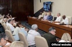 El gobernante Miguel Díaz-Canel y el primer ministro Manuel Marrero Cruz (segundo y tercero de der. a izq.) en la reunión extraordinaria del Consejo de Ministros el jueves.