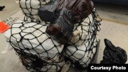 Uno de los 14 fardos de cocaína incautados por la Guardia Costera de EEUU