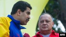 El presidente venezolano, Nicolás Maduro (i), conversa con el presidente de la Asamblea Nacional, Diosdado Cabello (d).