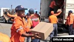 Obreros aeroportuarios embarcan ayuda humanitaria desde Venezuela a Cuba.