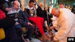 Papa Francisco (d) realiza el tradicional lavatorio de pies en la Fundación Don Carlo Gnocchi en Roma, Italia.