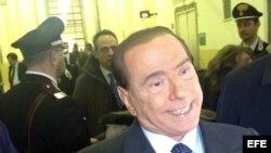 El ex primer ministro italiano Silvio Berlusconi atiende a la prensa en el Tribunal de Milán (Italia).