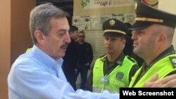 El coronel retirado Luis Alfonso Plazas Vega saluda a policías en la ciudad de Armenia, Quindío. (Archivo)
