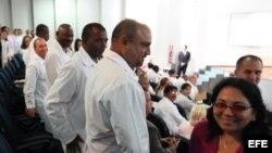 La viceministra de Salud, Marcia Cobas (d), saluda a un grupo de médicos cubanos durante un entrenamiento en la Universidad de Brasilia (Brasil).