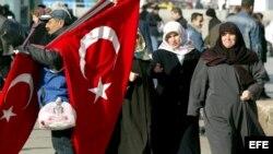Unas mujeres musulmanas fotografiadas mientras pasean por una de las calles de Estambul, Turquía.