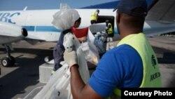 Descarga en el aeropuerto de Varadero en marzo de 2016, del primer vuelo directo desde 1968 con correspondencia y bultos postales procedentes de EE.UU.