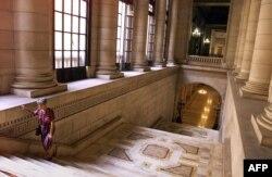 El Capitolio cuenta con relucientes pisos de mármol y vestíbulos en color oro, donde se encuentra la estatua de bronce llamada La República de 17,5 metros de altura.