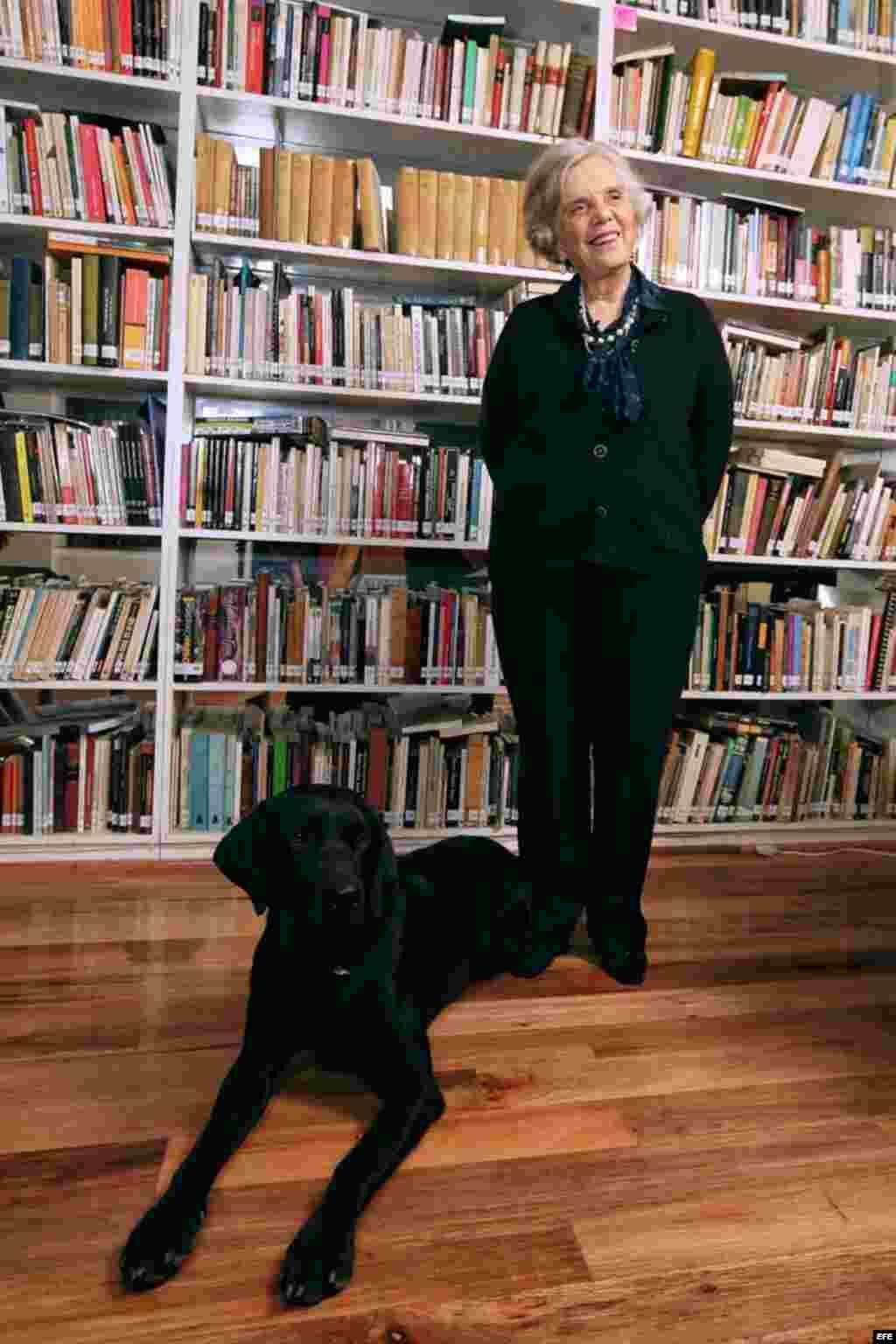 La escritora Elena Poniatowska posa para una fotografía en su residencia, en Ciudad de México (México).