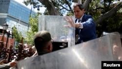 La Guardia Nacional impidió la entrada el domingo del líder opositor Juan Guaidó al palacio legislativo.
