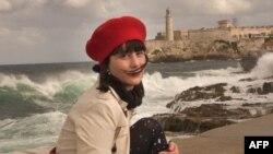La escritora cubana Wendy Guerra posa en el Malecón de La Habana. (Adalberto Roque / AFP)