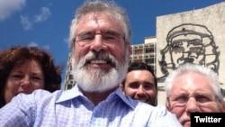 El líder del Sinn Fein Gerry Adams en una fotografía que publicó en su cuenta de Twitter.