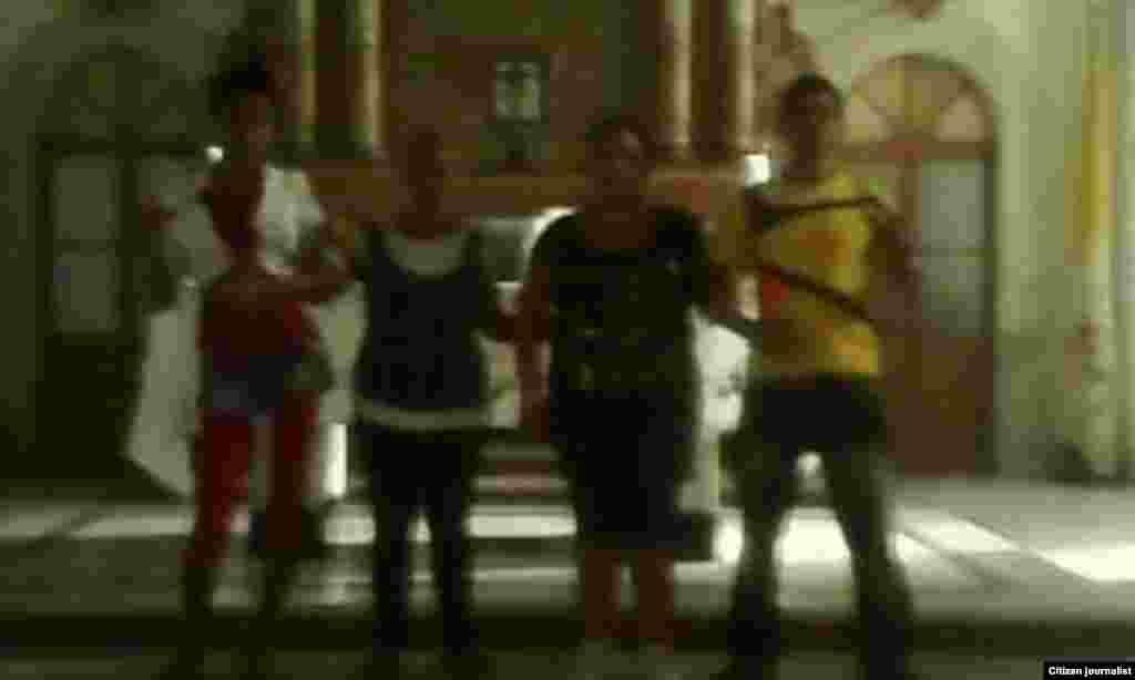 Activistas del PRC dentro de la Catedral de Pinar del Río