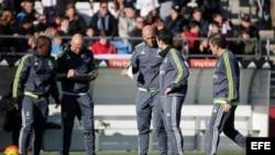 El nuevo entrenador del Real Madrid, el técnico francés Zinedine Zidane (c), junto a los miembros del cuerpo técnico.