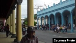 Una larga fila en la tienda Casa Azul, en Las Tunas.
