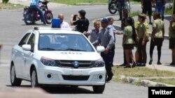 Fuerzas represivas sitian los alrededores de la sede nacional de las Damas de Blanco, en Lawton, La Habana.