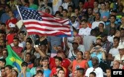 La bandera estadounidense ondeó en el estadio Pedro Marrero.
