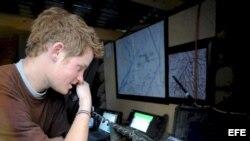 Príncipe Enrique de Inglaterra hablando con un avión, que está operando sobre Afganistán