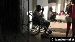 Anciano y discapacitado, dos limitaciones que únen a las tantas carencias que enfrentan las personas con necesidades especiales en Cuba. (Foto: Lázaro Yuri Valle Roca)