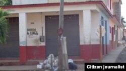 Reporta Cuba. Suciedad en céntrica calle en San Antonio de los Baños.