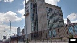 Soldados del Regimiento de Protección y Seguridad a Sedes Diplomáticas custodia la Oficina de Intereses de Estados Unidos en La Habana.
