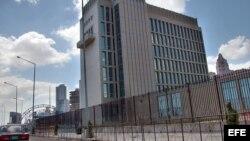 Un soldado del Regimiento de Protección y Seguridad a sedes diplomáticas custodia la Oficina de Intereses de EE.UU.en La Habana.