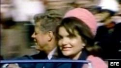 Fotograma de una secuencia inédita facilitada el martes 20 de febrero del 2007, que muestra al presidente estadounidense John F. Kennedy (i) junto a su esposa, Jacqueline Kennedy (d), unos 90 segundos antes de que fuera asesinado en Dallas, Texas.