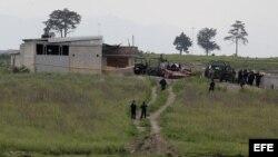 Militares federales vigilan la casa ubicada en las inmediaciones del penal del Altiplano I