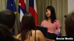 Claudia Genlui Hidalgo imparte el miércoles 11 de diciembre en la Embajada Checa en La Habana la conferencia que le costó el trabajo (Foto tomada de su cuenta de Facebook).