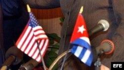 Fotografía de archivo de banderas de Estados Unidos y Cuba.