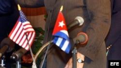 Fotografía de archivo de banderas de Cuba y Estados Unidos.
