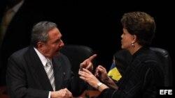 ARCHIVO: Raúl Castro y Dilma Rousseff.