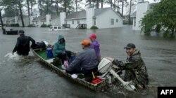 Voluntarios ayudan a rescatar a residentes y sus mascotas de sus hogares inundados en New Bern, Carolina del Norte