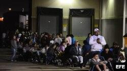 Cientos de personas hacen cola para ingresar a la tienda Best Buy durante la apertura de ventas del Viernes Negro en Mesquite, Texas (EE.UU.).