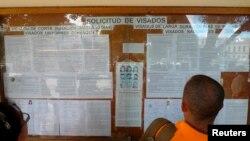 Una persona lee los requisitos para solicitar visa a España.