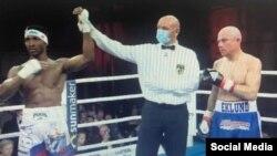 En esta imagen tomada de un mensaje compartido en Twitter, el árbitro declara vencedor al cubano William Scull en el combate frente al finlandés Mathias Eklund.