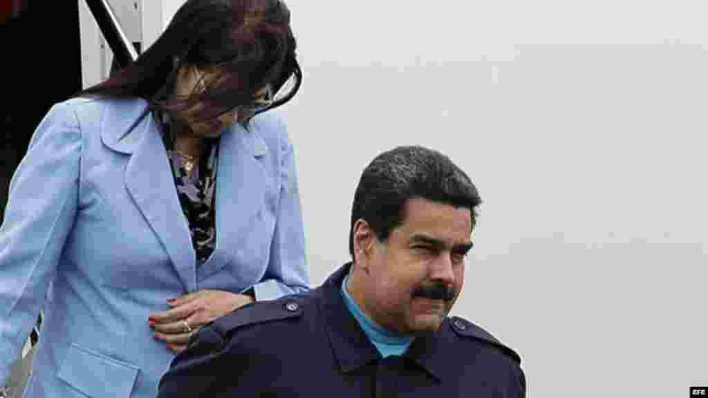 El presidente de Venezuela, Nicolás Maduro, desciende del avión presidencial a su llegada hoy a Panamá.